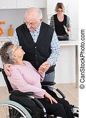 老年人, 人談話, 到, 他的, 妻子, 在, a, 輪椅