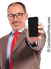 老, 商人, 显示, 你, the, 空白屏幕, 在中, 他的, smartphone