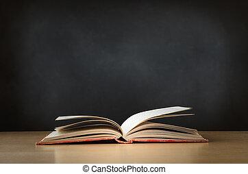 老, 書, 打開, 在書桌上, 由于, 黑板, 在, 背景