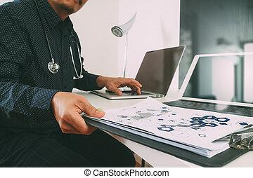 聰明, 醫學的醫生, 工作, 由于, 聰明, 電話, 以及, 數字的藥片, 以及, 便攜式電腦, 以及, 聽診器, 上, 木頭, 書桌, 在, 現代, 辦公室