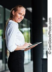 肖像画, の, 女性実業家, 使うこと, デジタルタブレット, 地位, によって, ガラス 建物