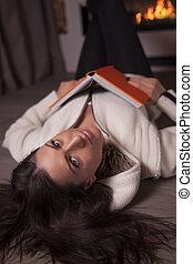 肖像画, の, 女, 床の上に横たわる