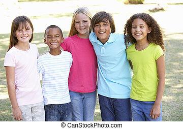肖像画, の, 子供たちのグループ, 遊び, パークに