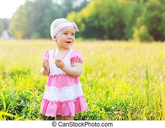 肖像画, の, 子供, 芝生に, 中に, 日当たりが良い, 夏, 夕方, 日没, 日光