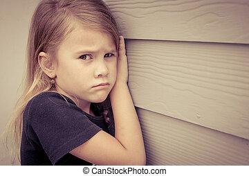 肖像画, の, 悲しい, 女の子, モデル, 近くに, 壁, 中に, ∥, 日時間