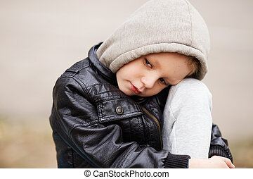 肖像画, の, 悲しい, 小さい 男の子, 身に着けている黒, 革のジャケット, そして, hoodie, 屋外で