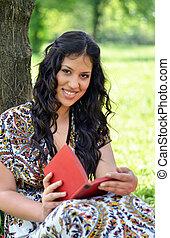 肖像画, の, 美しい, 女の子の読書, 本, 屋外で