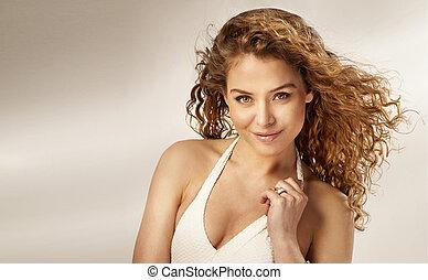 肖像画, の, 美しい, 微笑, 若い女性, ∥で∥, 巻き毛, hair.