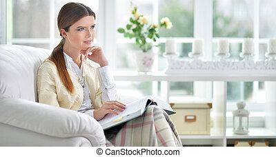 肖像画, の, 美しい, 若い女性, 読む本