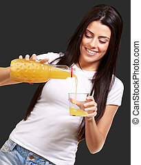肖像画, の, 若い女性, たたきつけるオレンジジュース, 上に, ガラス, 上に, 黒