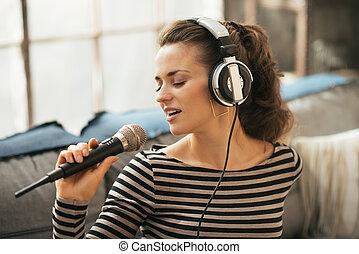 肖像画, の, 若い女性, 歌うこと, ∥で∥, マイクロフォン, 中に, 屋根裏, apartmen