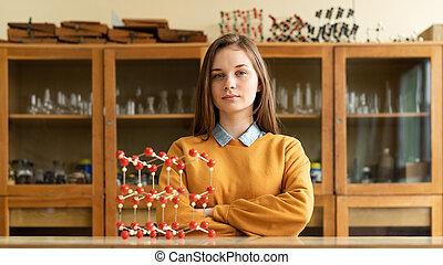 肖像画, の, 若い, 女性, 大学生, 中に, 化学, class., 集中される, 学生, 中に, classroom., 正しい, 教育, concept.