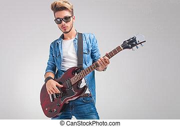肖像画, の, 若い, guitarist, ギターの 演奏, 中に, スタジオ