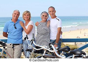 肖像画, の, 4人の人々, ビーチにおいて, ∥で∥, 自転車