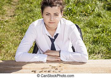 肖像画, の, a, ビジネス 女, お金, テーブルの上に