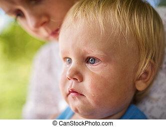 肖像画, の, a, 叫ぶこと, 小さい 男の子, だれか, ある, ある, 持たれた, によって, 彼女, 母, 屋外で