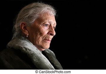 肖像画, の, a, 年長の 女性, contemplating., 隔離された, 上に, 黒, バックグラウンド。