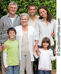 肖像画, の, a, 幸せな家族, カメラを見る, 庭で