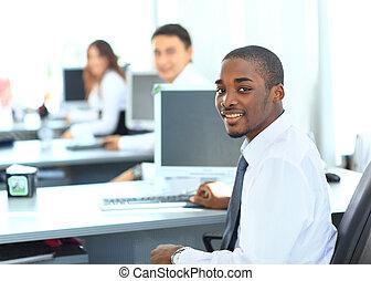 肖像画, の, a, 幸せ, african american, 企業家, 表示, コンピュータ, ラップトップ,...