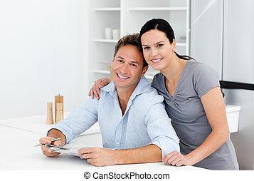 肖像画, の, a, 恋人, すること, クロスワードパズル, 一緒に, 台所で
