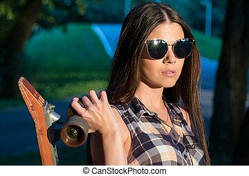 肖像画, の, a, 美しい, 若い 女の子, ∥で∥, a, スケートボード, 中に, 手, ∥において∥, 日没