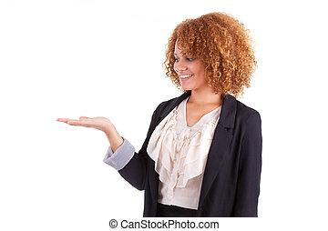 肖像画, の, a, 若い, african american, ビジネス 女, 保有物, 何か, 中に, 彼女, 手, やし, 隔離された, 白, 背景, -, 黒, 人々