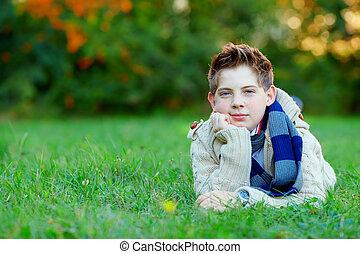 肖像画, ティーンエージャーの, 屋外で, 男の子