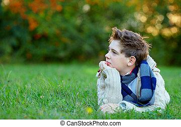 肖像画, ティーンエージャーの, 緑, 男の子, 屋外で