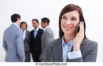 肖像画, 女性実業家, 電話, 微笑