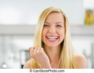 肖像画, 微笑の 女性, 若い, 台所