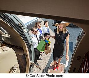 肖像, 在中, 富有, 妇女, 带, 购物袋, 食宿, 私人的喷气机