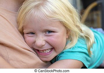 肖像, 在中, 微笑小女孩, 拥抱, a, 成人