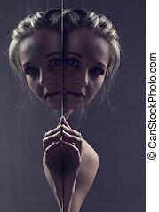 肖像, 特寫鏡頭, ......的, a, 美麗, 白膚金發碧眼的人, 婦女看, 大約, the, 角落, ......的, a, 鏡子, 藝術, 轉換