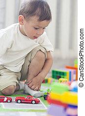 肖像, ......的, 很少, 高加索人, 男孩, 玩玩具, 在室內