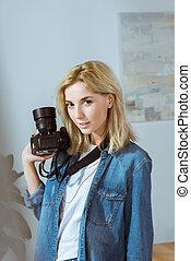 肖像, ......的, 微笑, 攝影師, 由于, 照片照像機, 在, 手, 看  照相機, 在, 工作室