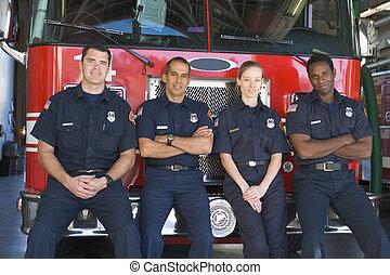 肖像, ......的, 消防人員, 站立, 所作, a, 消防車