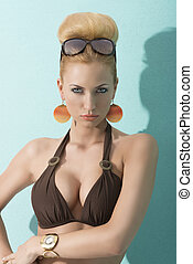 肖像, ......的, 白膚金髮, 夫人 在 比基尼泳裝, 由于, 太陽鏡