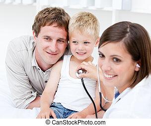 肖像, ......的, 美麗, 女性 醫生, 檢查, a, 小男孩, 由于, 他的, 父親, 在, the, 醫院
