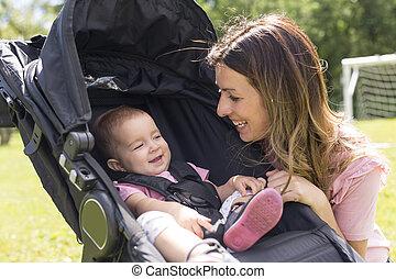 肖像, ......的, 美麗, 年輕婦女, 推, 嬰儿車, 在公園