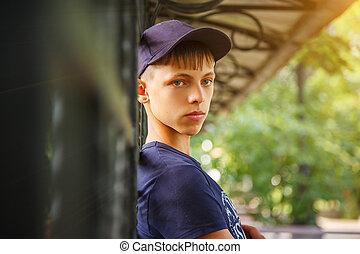 肖像, ......的, a, 人, 在, a, 青少年, 帽子, 看見, the, 框架