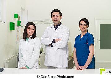 肖像, ......的, a, 年輕, 牙醫, 以及, 他的, 助理
