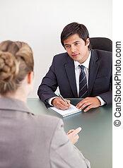肖像, ......的, a, 年輕, 經理, 接見, a, 女性, 申請者