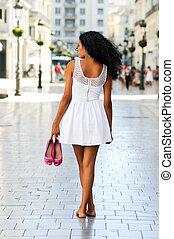 肖像, ......的, a, 年輕, 黑人婦女, afro, 發型, 步行, 赤腳, 上, a, 商業, 街道