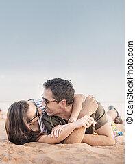 肖像, ......的, a, 浪漫的夫婦, 放松, 上, a, 海灘