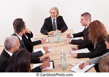 肖像, ......的, a, 認真的商務, 男人和女人