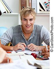 肖像, ......的, a, 青少年, 人, 學習, 在, the, 圖書館
