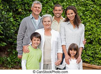 肖像, ......的, a, 高興的家庭, 看照像機, 在花園