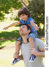肩, 公園, 彼の, 届く, 微笑の人, 息子