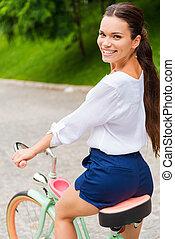 肩, 女, 自転車, 彼女, 型, 上に, 若い見ること, 自転車, 魅力的, 乗馬, 新しい, 微笑, park.