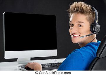肩, 男の子, ティーンエージャーの, 彼の, 上に, 見る, コンピュータ, ビデオ, gamer., ゲーム, 遊び, 後部光景